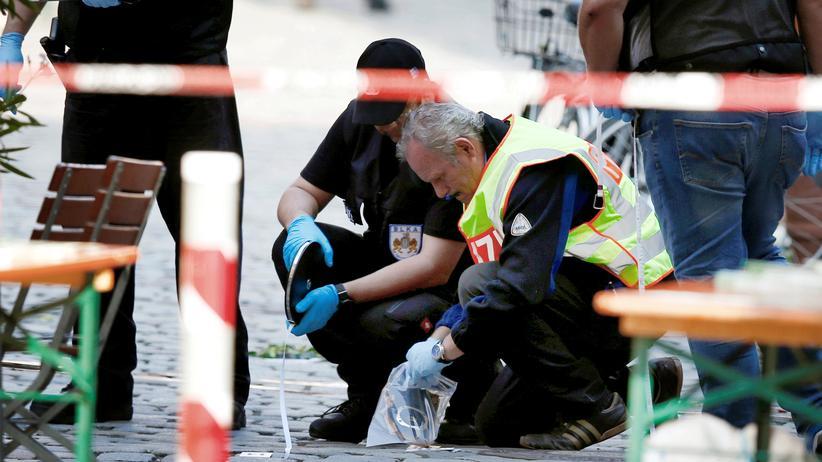 Terrorismus:  Nach dem ersten islamistischen Selbstmordanschlag auf deutschem Boden in Ansbach sichern Ermittler Spuren © Michaela Rehle/Reuters ()