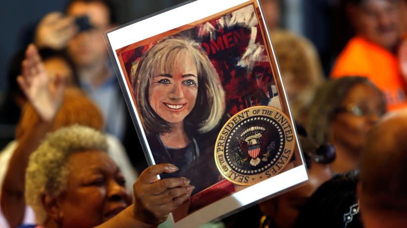 Frauen mit Macht: Eine Anhängerin von Hillary Clinton hält bei einer Gewerkschaftsversammlung ein Bild einer jugendilchen Präsidentschaftskandidaten mit dem Präsidentensiegel hoch © Steve Marcus/Reuters ()