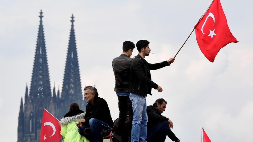Türkei - Erste Teilnehmer treffen zu Pro-Erdogan-Demo in Köln ein