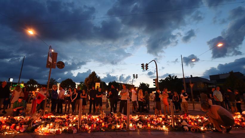 Gewalt: Menschen in München gedenken den Opfern des Amoklaufs im Olympia Einkaufszentrum.