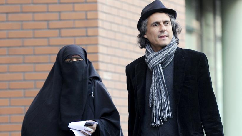 Rachid Nekkaz: Rachid Nekkaz im Jahr 2011, mit der vollverschleierten Kenza Drider, die 2012 auch für die französische Präsidentschaft kandidierte