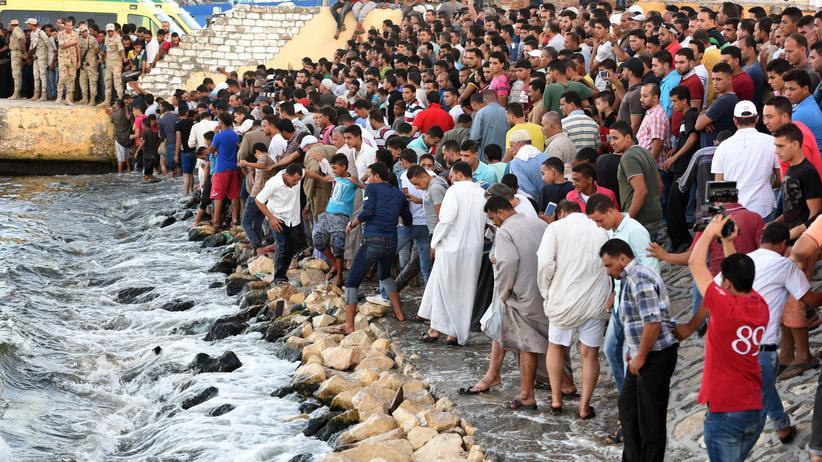 Flüchtlinge: Nach dem Bootsunglück vor der Küste der ägyptischen Hafenstadt Rosetta warten Helfer auf die Bergung der Leichen.