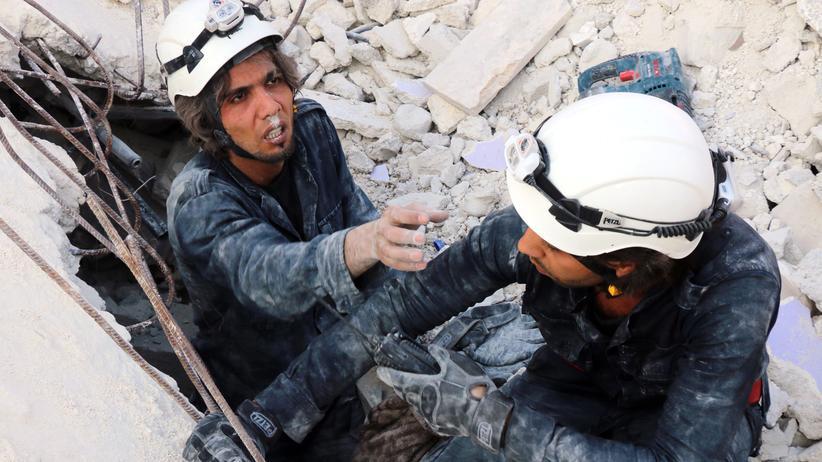 Schweden: Helfer suchen Überlebende im syrischen Aleppo.