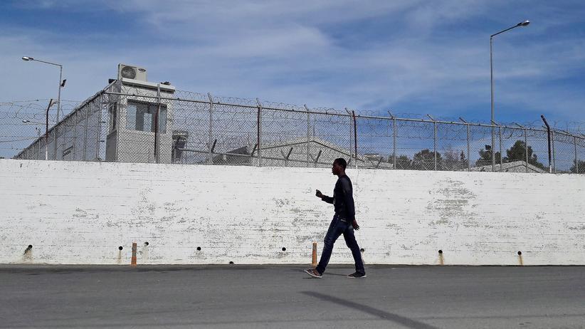Lesbos: Ein Migrant vor dem Flüchtlingscamp in Moria