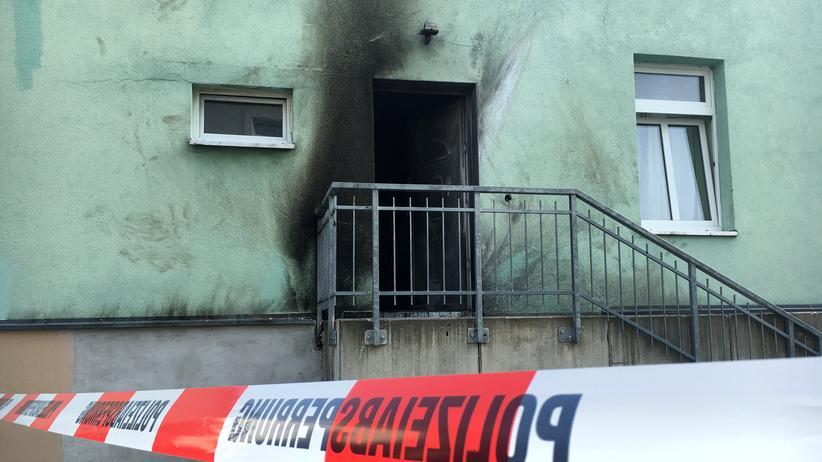 Sachsen: Dresden, 27. September 2016: Die Eingangstür der Fatih-Camii-Moschee wurde durch einen Sprengsatz zerstört.