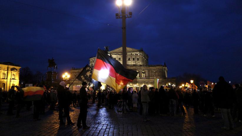 Sachsen: Dresden, 21. März 2016: Anhänger der islamfeindlichen Pegida-Bewegung demonstrieren vor der Semperoper.