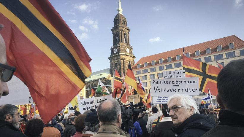Sachsen: Dresden, 19. April 2016: Die Schilder der Pegida-Demonstranten auf dem Altmarkt beleidigen Politiker und Journalisten.