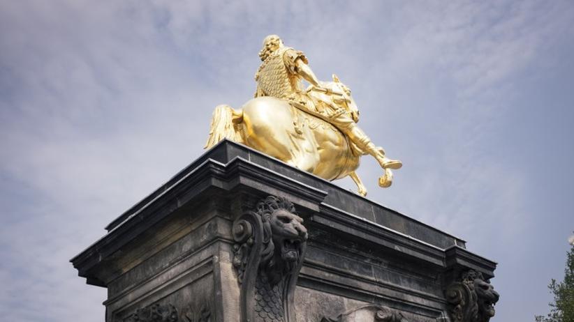 Sachsen: Dresden, Sommer 2016: Der goldene Reiter auf den Neustädter Markt zeigt den sächsischen Kurfürsten August den Starken als römischen Kaiser.