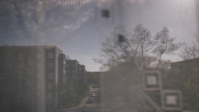 Sachsen: Hoyerswerda, 22. April 2016: Blick aus dem Fenster einer Neubauwohnung auf Hoyerswerda-Neustadt