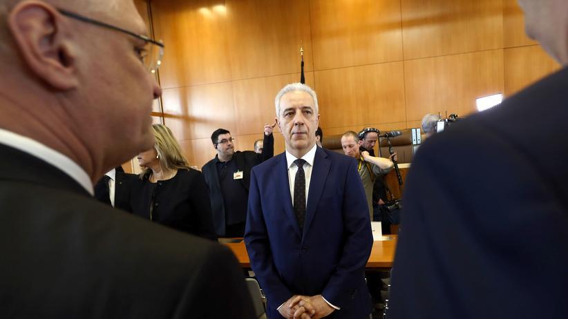 Sachsen: Karlsruhe, 1. März 2016: Der sächsische Ministerpräsident Stanislaw Tillich wartet auf den Beginn des NPD-Verbotsverfahrens am Bundesverfassungsgericht.