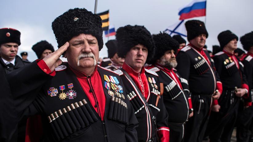 Ukraine-Konflikt: Kosaken bei einem Treffen in Sevastopol zur Annexion der Krim durch Russland.