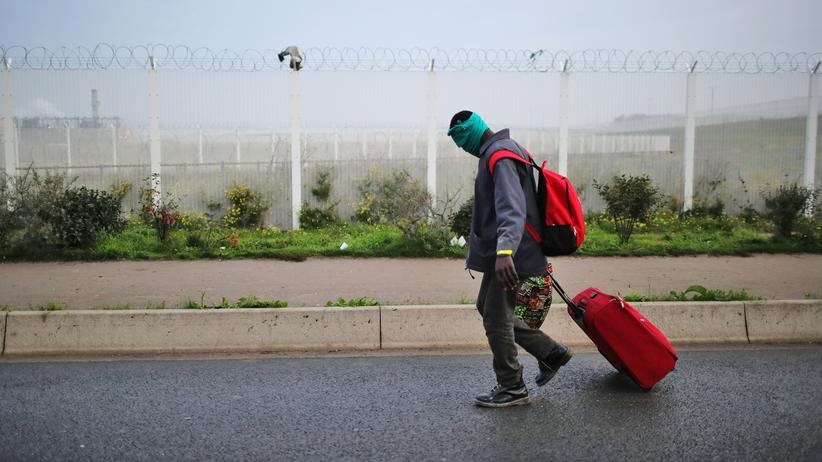 Flüchtlingskrise: Migranten verlassen das Camp in Calais kurz vor der Räumung.