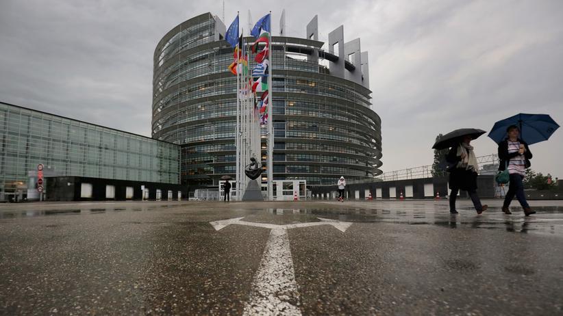 EU: Menschen laufen vor dem Europäischen Parlament in Straßburg
