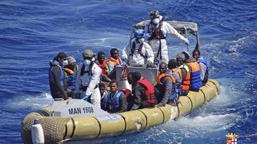Flüchtlingskrise : Von der italienischen Küstenwache gerettete Flüchtlinge (Archivbild)