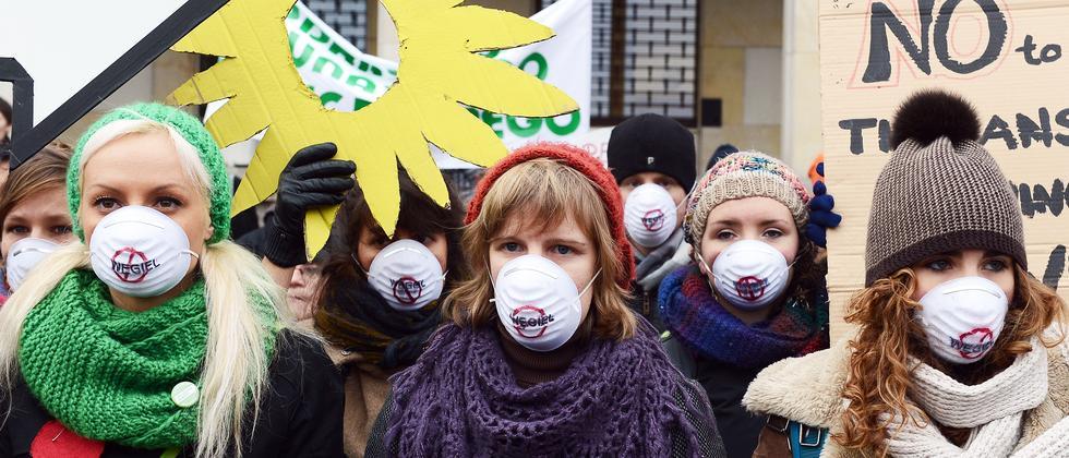 Umweltaktivistinnen bei einer Demonstration in Warschau
