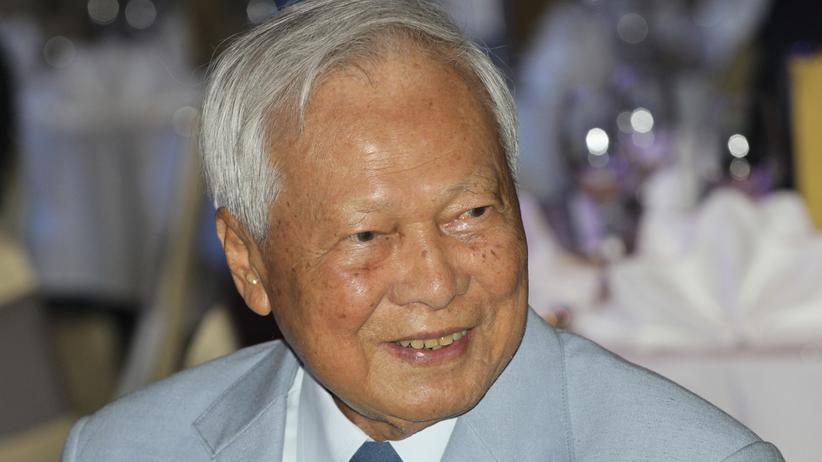 Prem Tinsulanonda: Prem Tinsulanonda 2014 bei einer Wohltätigkeitsveranstaltung in Bangkok