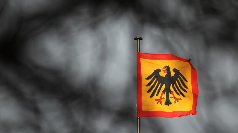Bundespräsident: Die Standarte des Bundespräsidenten auf dem Schloss Bellevue in Berlin