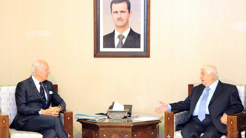Syrien: Syriens Außenminister Walid al-Muallim (r.) mit dem UN-Sondergesandten Staffan de Mistura in Damaskus