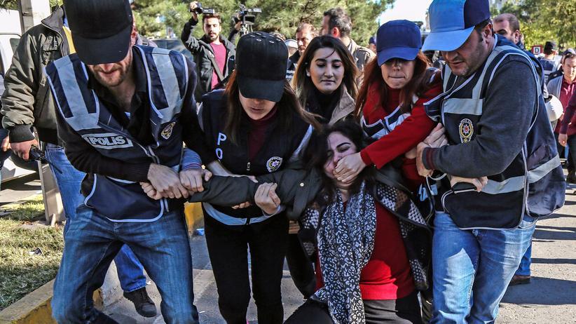 Türkei: Festnahme der kurdischen HDP-Abgeordneten Sabahat Tuncel während einer Demonstration in Diyarbakir Anfang November