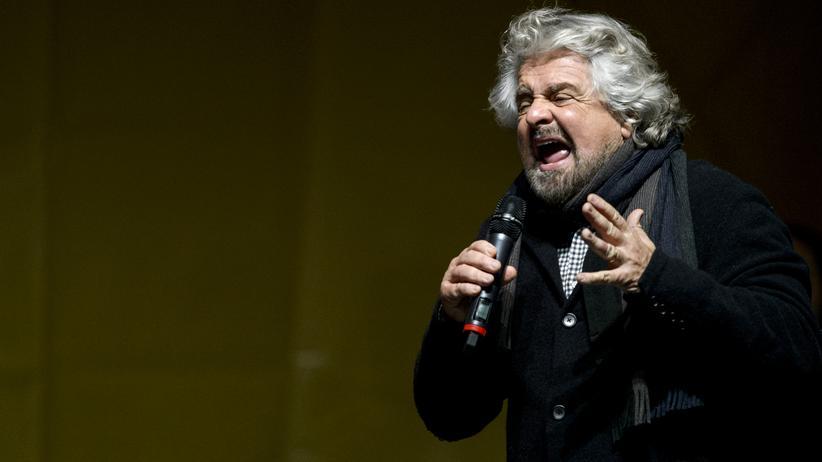 Italien: Der Anführer der Fünf-Sterne-Bewegung, Beppe Grillo, vor Anhängern in Turin