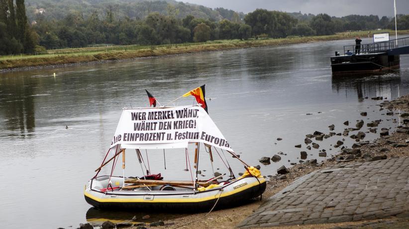 """Populismus: Ein Schlauchboot der rechten Bewegung """"Festung Europa"""" liegt im Oktober 2016 in Dresden."""