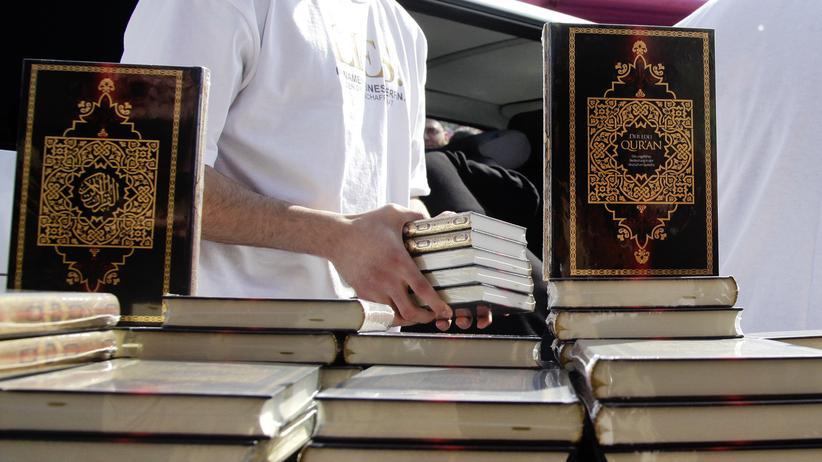 Salafismus: Eine Koranverteilaktion von Salafisten in Berlin