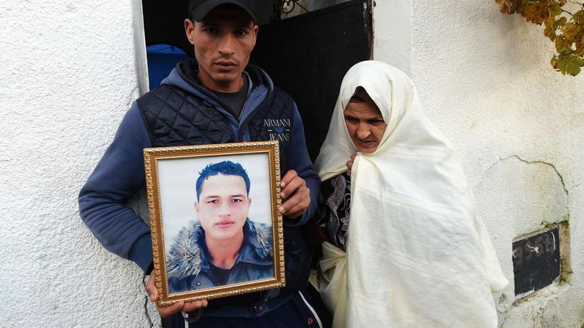 Anis Amri: Der Bruder von Anis Amri zeigt ein Bild des mutmaßlichen Attentäters.