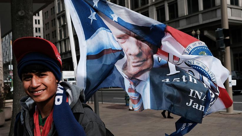 Welthandel: Ein Verkäufer bietet in Washington Donald Trump Merchandise an.