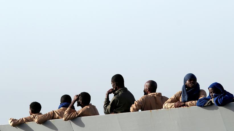 Flüchtlingsrouten: Gerettete afrikanische Flüchtlinge bei ihrer Ankunft im italienischen Hafen Catania