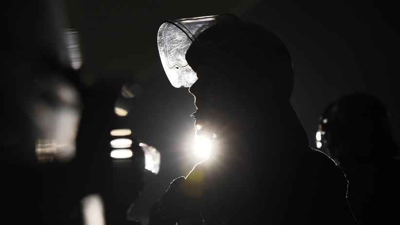 Sächsischer Polizist im Einsatz gegen Demonstranten an einer Flüchtlingsunterkunft