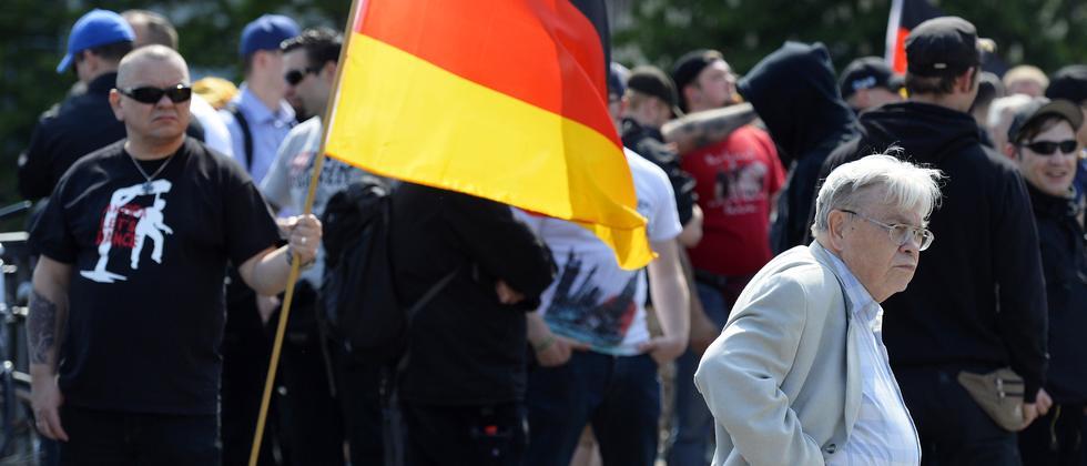Demonstrant bei einer NPD-Kundgebung 2014