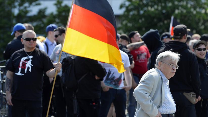 NPD-Verbotsverfahren: Demonstrant bei einer NPD-Kundgebung 2014
