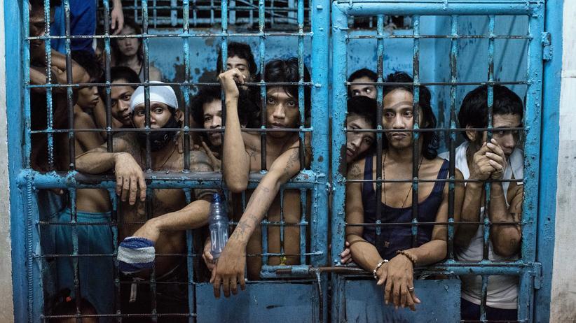 Philippinen: Verdächtige auf einer Polizeistation in Manila, die beschuldigt werden, mit Drogen gehandelt zu haben.