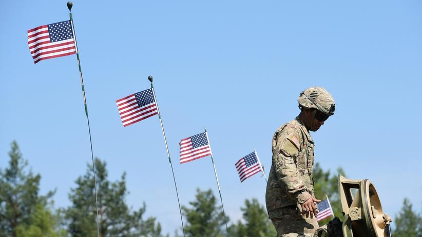 Donald Trumps Interview: Ein amerikanischer Soldat steht an einem Tank auf dem Truppenübungsplatz Grafenwöhr.