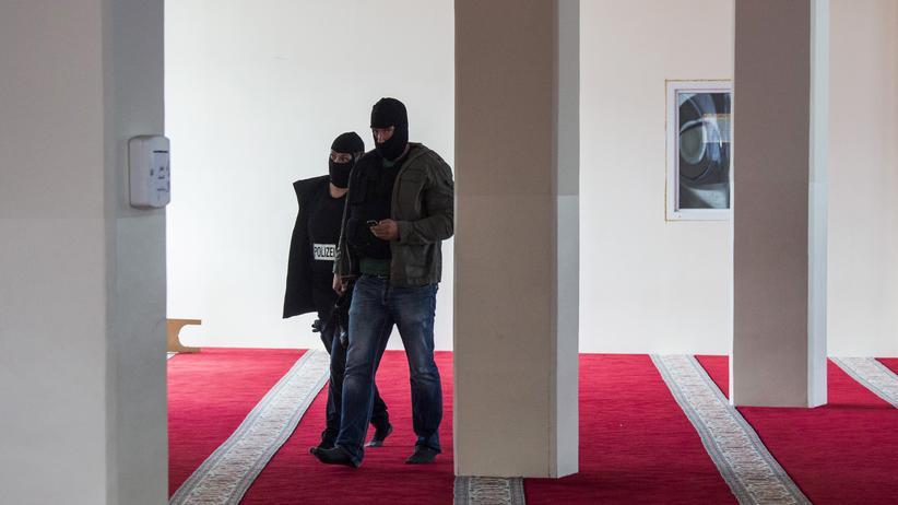 Bundesamt für Verfassungsschutz: Polizeibeamte in einer Berliner Moschee