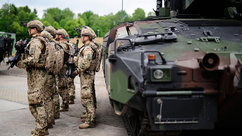 Nato: Damit Deutschland zwei Prozent des eigenen Bruttoinlandprodukts für die Verteidigung ausgibt, müsste der Verteidigungsetat laut Gabriel um bis zu 25 Milliarden Euro erhöht werden.