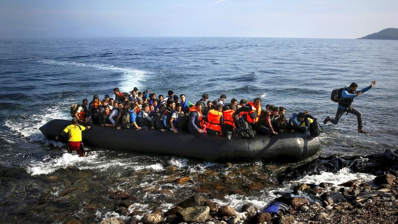 Flüchtlingsabkommen mit der Türkei: Ein Flüchtlingsboot kommt im Oktober 2015 auf der griechischen Insel Lesbos an.