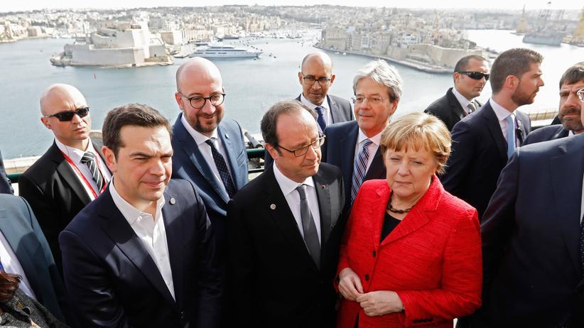 Libyen: Bundeskanzlerin Angela Merkel mit Frankreichs Präsident François Hollande (Mitte) und dem griechischen Premierminister Alexis Tsipras vor der Hafenanlage von Maltas Hauptstadt Valletta