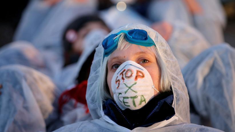 """Freihandelsabkommen: """"Stop Ceta"""" fordern diese Demonstranten vor dem Gebäude des Europaparlaments in Straßburg"""