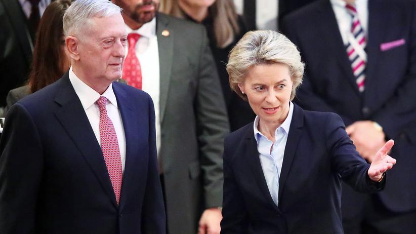 Münchner Sicherheitskonferenz: Verteidigungsministerin Ursula von der Leyen heißt ihren Amtskollegen aus den USA, James Mattis, in München willkommen.