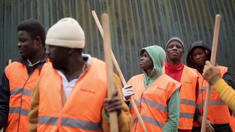 EU-Migrationspolitik: Migranten arbeiten in Norditalien im Rahmen eines Jobprogramms auf einer alten Militärbasis.