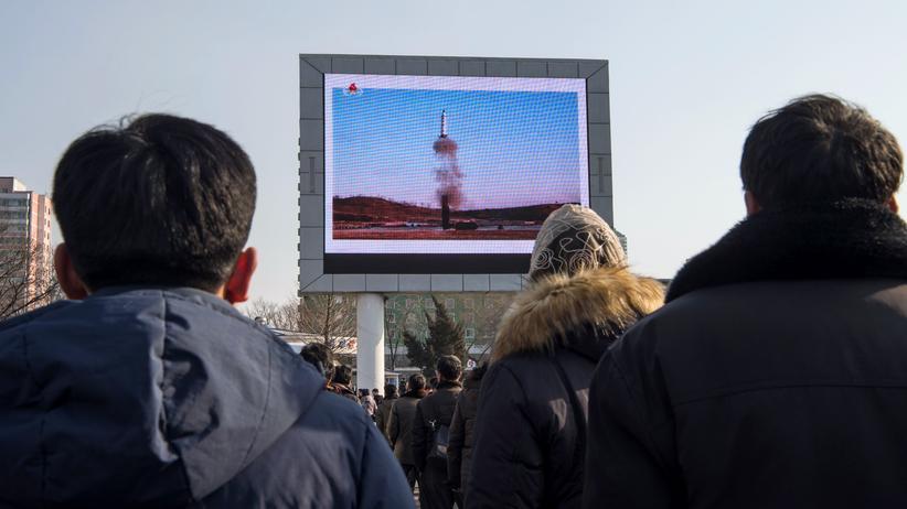 Hackerangriff: Eine Anzeigetafel zeigt am 13. Februar in Pyongyang den Start einer Mittelstreckenrakete.