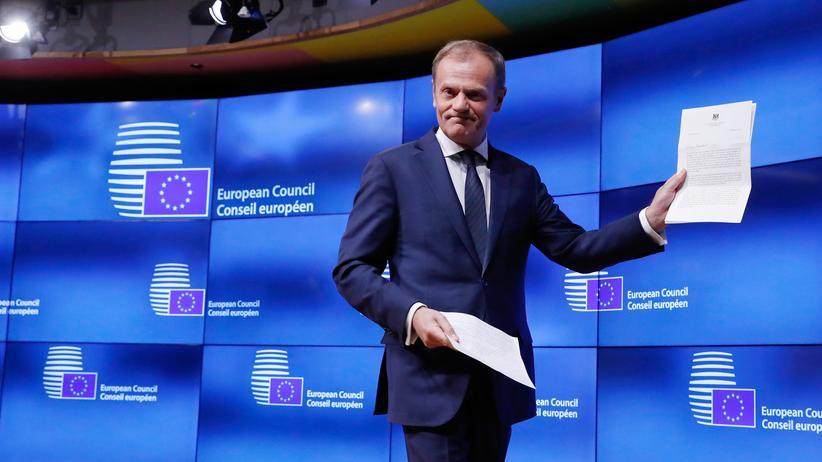 Reaktionen zum Brexit-Antrag: EU-Ratspräsident Donald Tusk hält das offizielle Austrittsgesuch der britischen Regierung in Händen.