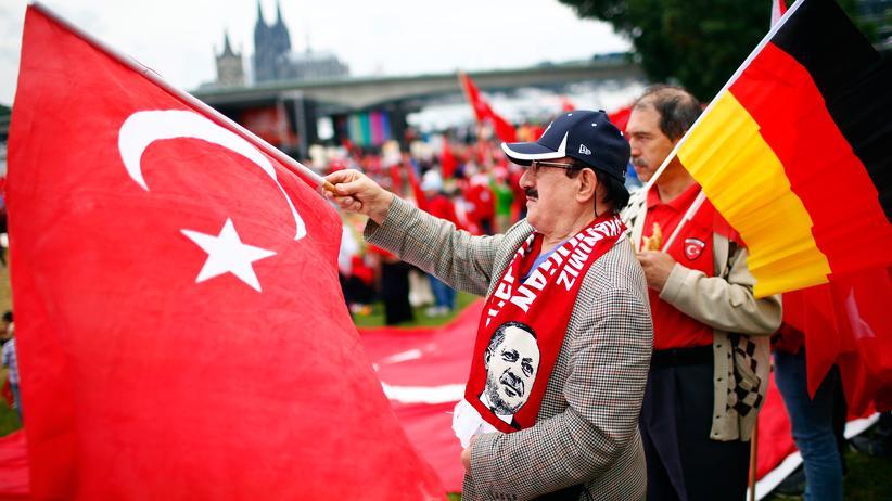 Türkei: Ein Anhänger des türkischen Staatspräsidenten Recep Tayyip Erdoğan am 31. Juli 2016 in Köln