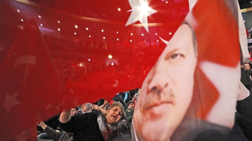 Deutsch-türkische Beziehungen: Flaggen bei einer AKP-Wahlkampfveranstaltung in Oberhausen