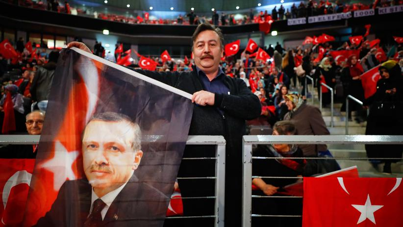 Deutschtürken: Fans von Präsident Recep Tayyip Erdoğan schenken die türkische Fahne in Oberhausen.