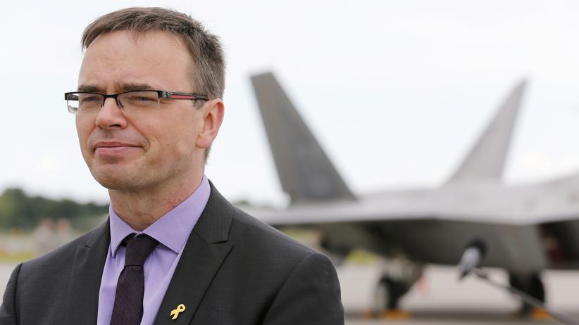 Estland: Der estnische Außenminister Sven Mikser auf einer Luftbasis der Nato in der Nähe von Tallinn