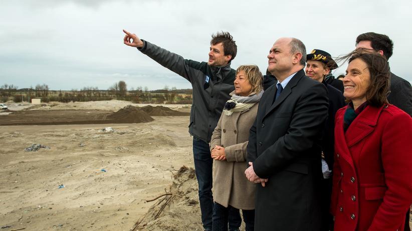 Calais: Innenminster Bruno Le Roux (2. v.r.) und Bürgermeisterin Natacha Bouchart (2. v.l.) besichtigen das ehemalige Camp in Calais.
