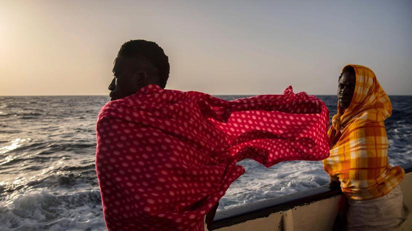 Flüchtlinge: Migranten auf einem Rettungsschiff im Mittelmeer