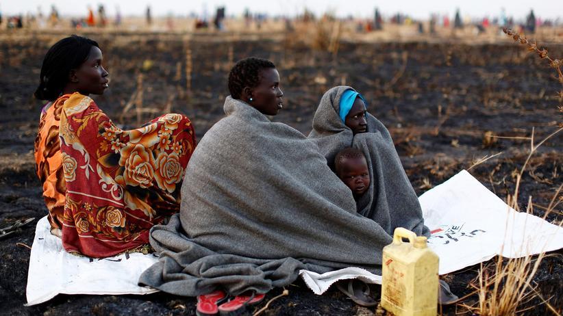 Hungernot: Frauen im Südsudan warten auf die Registrierung für die Ausgabe von Nahrungsmitteln.